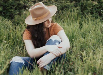 Die Wahrheit über PMS: In der zweiten Zyklushälfte erleben viele Frauen ihren Körper & ihre Emotionen anders als in der ersten. Doch PMS ist nicht das, wofür es viele halten...