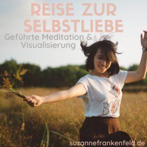 """Kostenfreie geführte Selbstliebe Meditation - Bildbeschreibung: Eine junge Frau tanzt lächelnd in einem Feld voller hüfthoher Gräser. Text im Bild: """"Reise zur Selbstliebe. Geführte Meditation & Visualisierung. suzannefrankenfeld.de"""""""