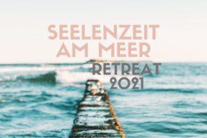 Suzanne Frankenfeld Retreat 2021 in Sankt Peter-Ording [Bildbeschreibung: Das Bild zeigt blaue Wellen auf dem Meer, der Blick läuft über einen schmalen Steg aufs Meer. In der Ferne ist verschwommen ein Stück Land zu erkennen. Bild im Text: Seelenzeit am Meer. Retreat 2021]