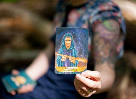 """Artikel über das Loslassen [Bildbeschreibung: Suzanne hält eine Orakelkarte in die Kamera. Darauf steht: """"Stargazer - Set Your Sights Higher""""]"""