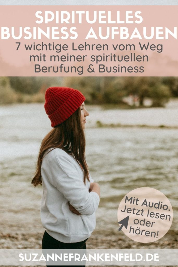 """Pinterest-Pin zum Artikel """"Spirituelles Business aufbauen - enttarnte Mythen & 7 Lehren von meinem Weg"""" [Bildbeschreibung: Eine junge Frau mit einer auffallenden roten Mütze steht an einem Flussufer und scheint in die Ferne zu schauen. Auf dem Bild ist in Druckschrift der Titel des Artikels geschrieben.]"""